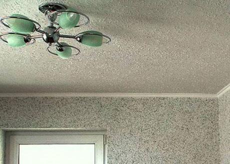 Флизелиновые обои на потолке