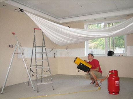 Прогревание пленки для натяжного потолка