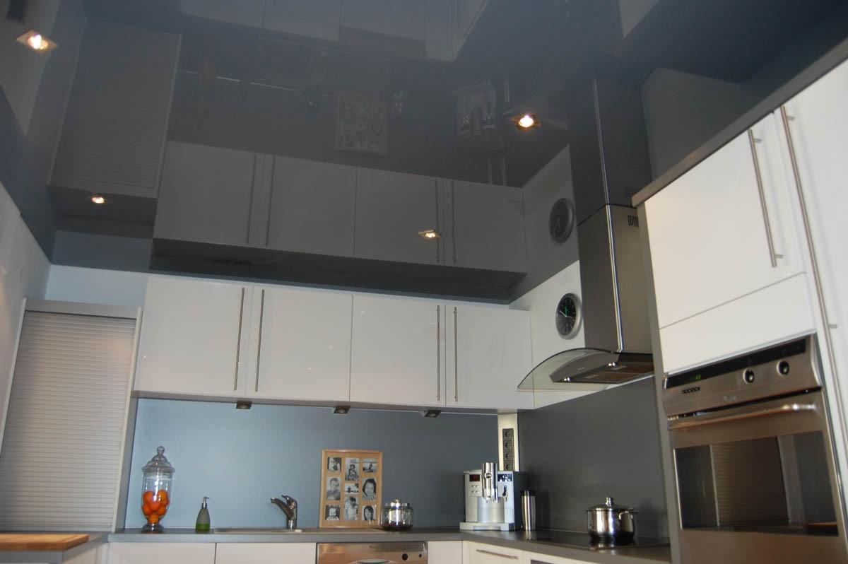 Темный глянцевый потолок на кухне