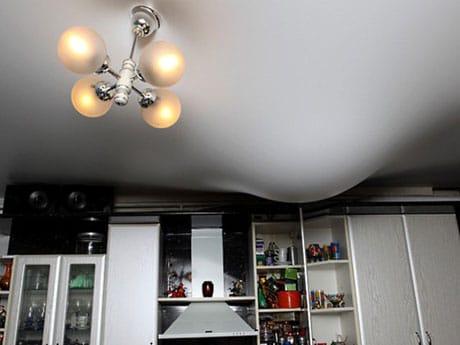 Кухонный натяжной потолок после подтопления