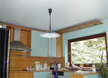 Матовый натяжной потолок в кухне