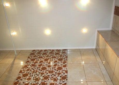 Натяжной потолок и плитка в ванной