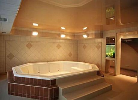 Натяжной потолок в большой ванной