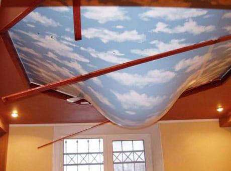 Прочный натяжной потолок во время затопления