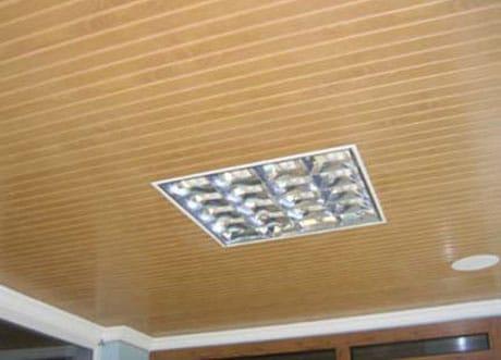 Потолок из сайдинга со встроенным светильником
