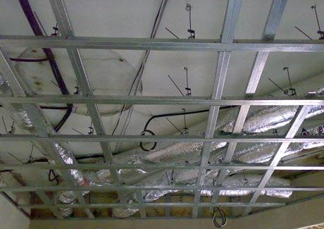 Устройство каркаса на потолке с коммуникациями