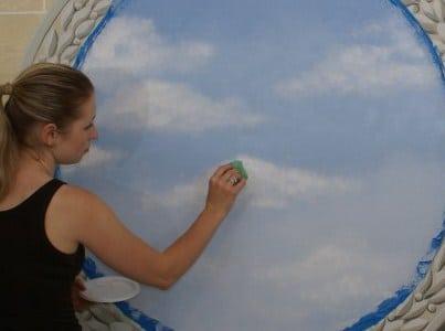 делают облака с помощью губки и водоэмульсионной краски