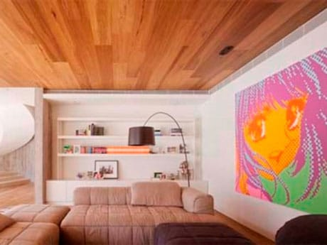 Ламинат на потолке в комнате