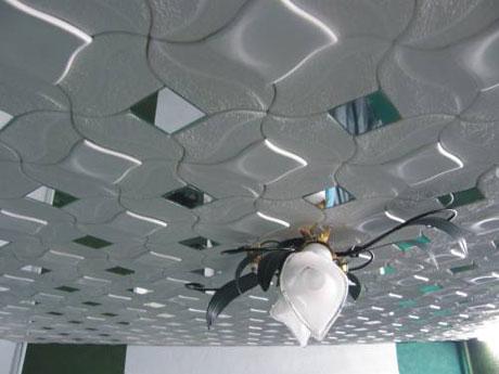 Плитка с зеркальными вставками на потолке