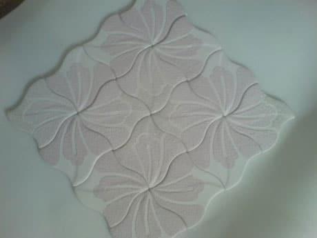 Фигурная плитка на потолке