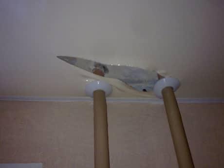 Повреждение материала натяжного потолка