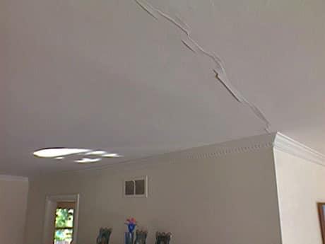 Трещина под штукатуркой на потолке