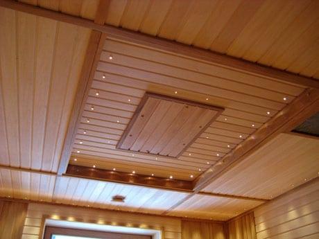 Дизайн потолка с обшивкой вагонкой