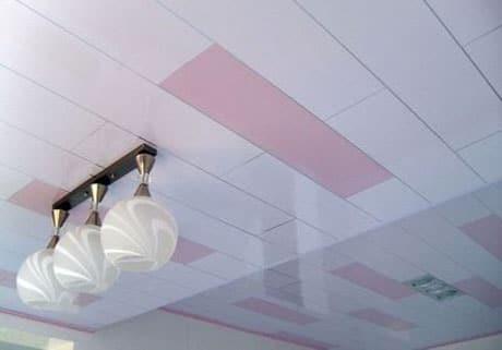 Панельный потолок в комнате