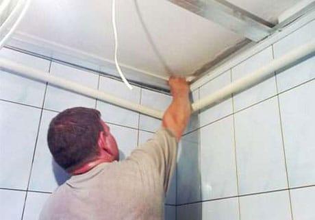 Монтаж панельного потолка в ванной