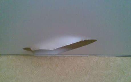 Повреждение пленки натяжного потолка