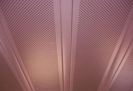 Реечный перфорированный потолок