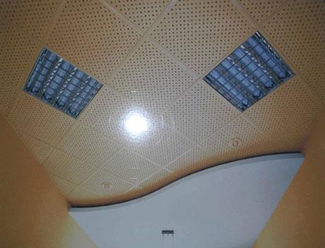 Реечный потолок со встроенными светильниками