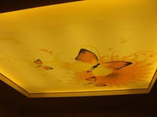Сочетание техники печати на виниловом потолке с подсветкой полотна