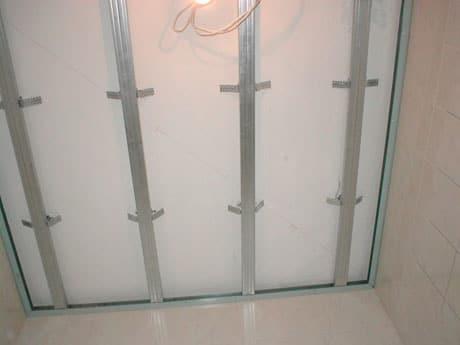 Установка каркаса для панельного потолка