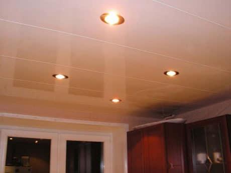 Глянцевый пластиковый потолок с точечными светильниками