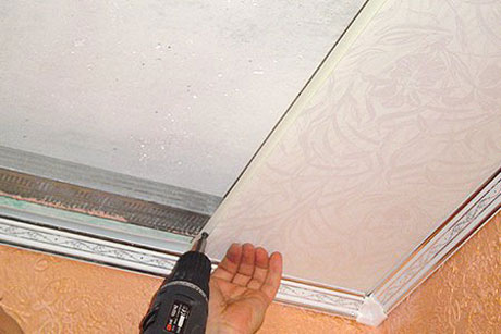 Монтаж панелей на потолок