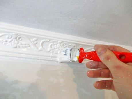Покраска потолочных плинтусов