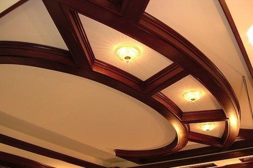 Реечный деревянный потолок, рассчитанный на подростка или юношу, благороден и долговечен