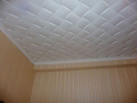 Диагональный способ оклейки потолка плиткой