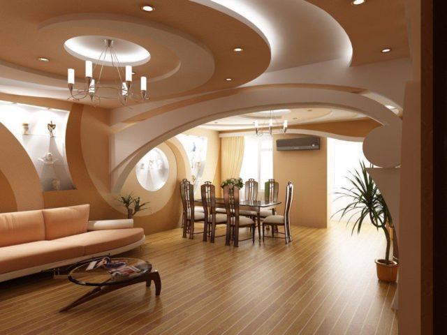 Многоуровневый бежевый потолок в зале
