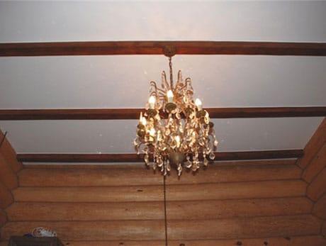 Гипсокартон на потолке деревянного дома