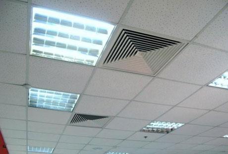 Кассетный потолок в большом офисе