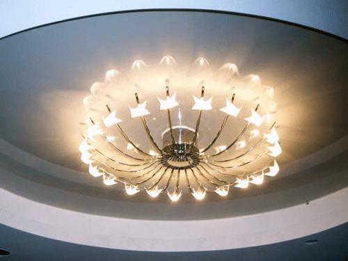 Глянцевый натяжной потолок со светильником
