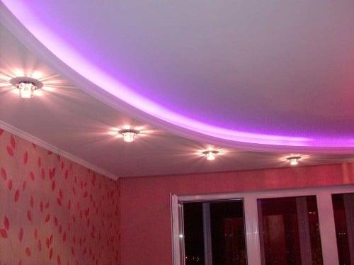 Точечная подсветка создаст четкие границы световых пятен, выступая ярким акцентом в дизайне помещения.