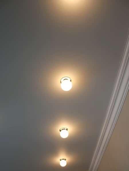 Ряд ламп на потолке