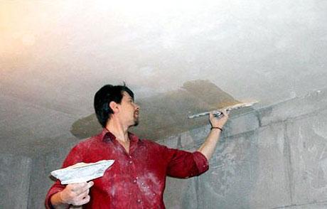 Процесс шпатлевания потолка