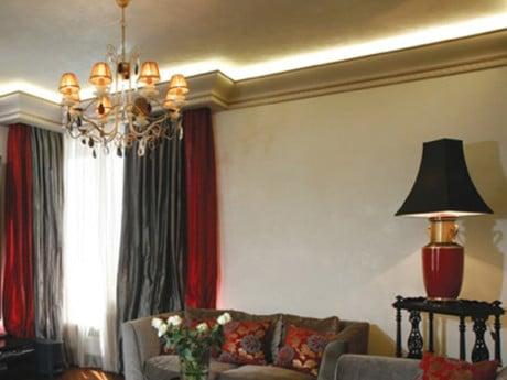 LED-светильники и светодиодные ленты по периметру комнаты