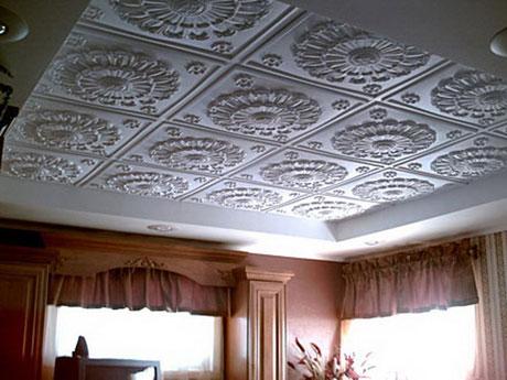 Плитка на потолке в гостиной
