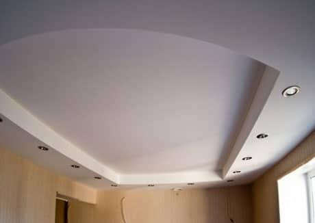 Комбинация подвесного и натяжного потолка