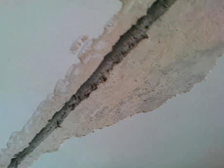 Щель между плитами на потолке