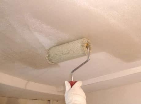 Нанесение клейстера на потолок