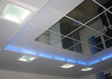 Подвесной потолок с зеркальной вставкой