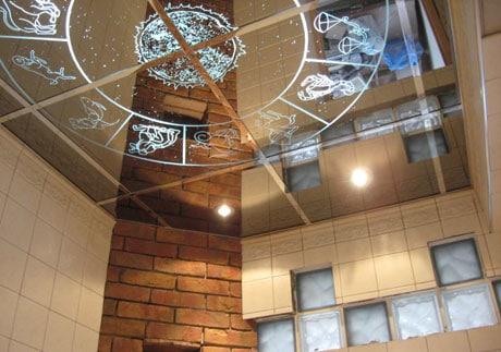 Потолок из зеркал в гостиной