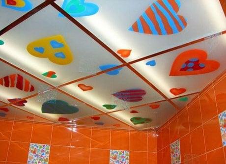 Яркий стеклянный потолок в ванной