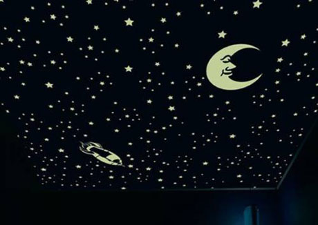 Обои с флуоресцентными светильниками на потолке