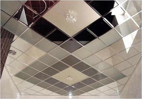Плиточный потолок в ванной