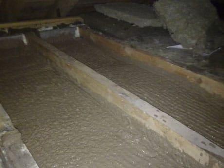 Утепление потолка глиной с опилками