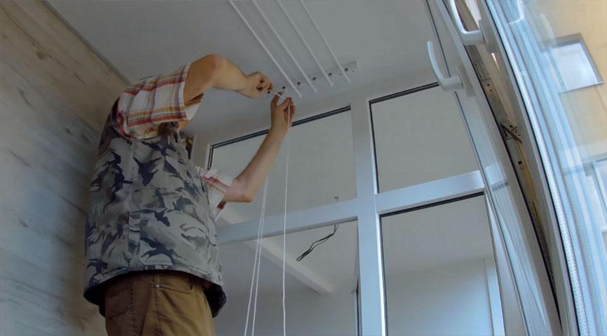 Второй конец веревки пропускаем через ролик в кронштейне