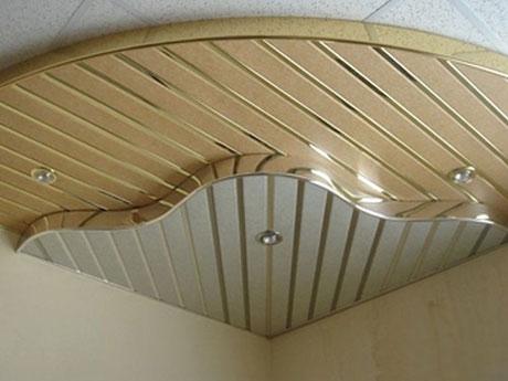 Металлические рейки на потолке балкона