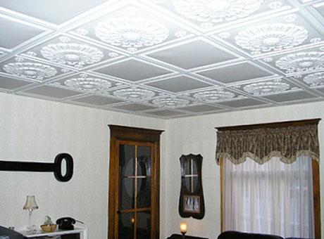 Плиточный потолок в комнате